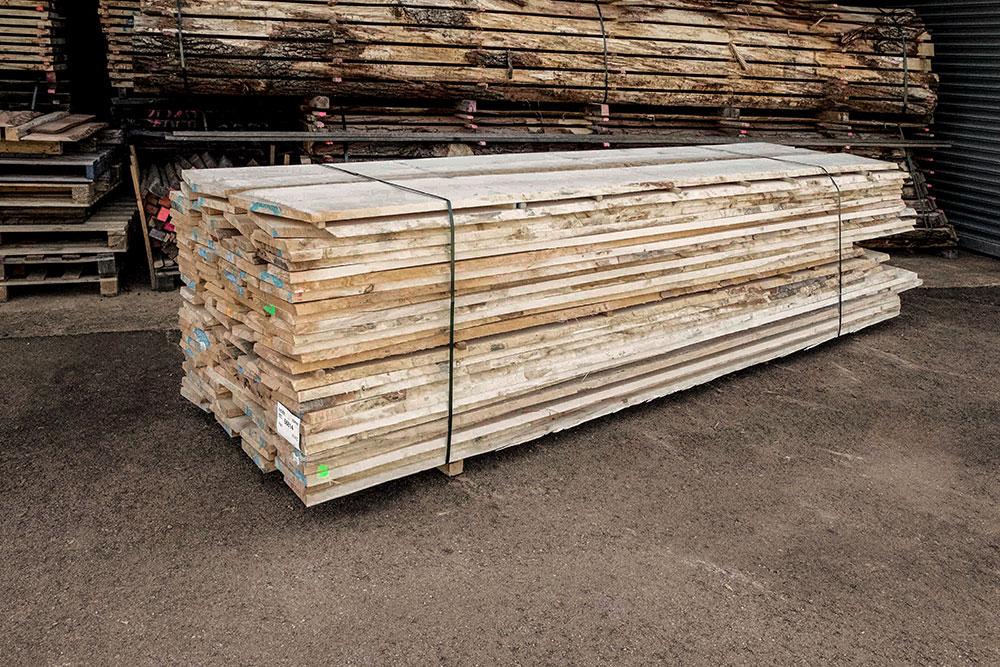 Ahorn Holzstapel in unserem Lager in Mühldorf