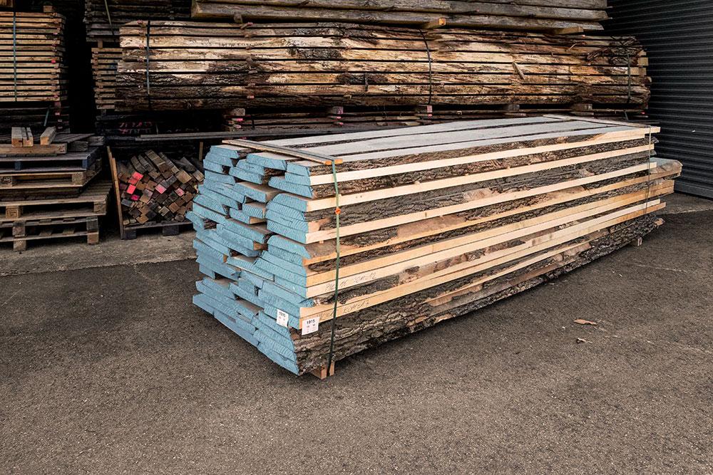 Esche weiss Holzstapel in unserem Lager in Mühldorf
