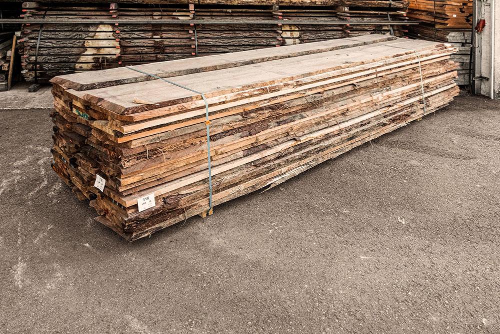 europaeische lärche Holzstapel in unserem Lager in Mühldorf