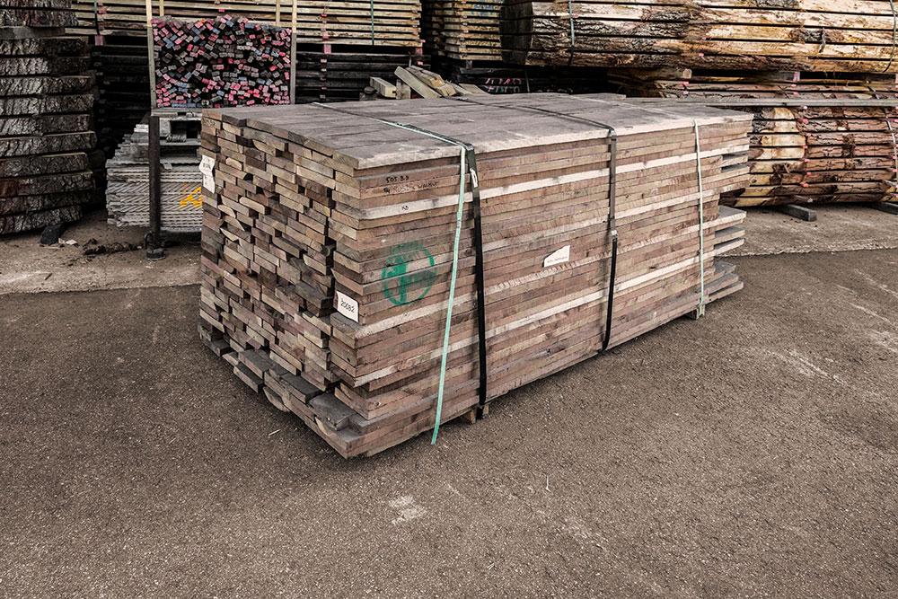 amerikanischer nussbaum Holzstapel in unserem Lager in Mühldorf